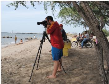 Francisco Orgaz haciendo fotos de unos de los recursos ecoturísticos de Dajabon, Educar para Vivir